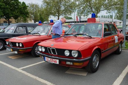 flashers: BERLIN - 11 de mayo: Cars rescatar BMW Serie 5 (E12) en el fondo, y la Serie 5 de BMW (E28) en el primer plano, 26 Oldtimer-Tage Berlin-Brandenburg, 11 de mayo 2013 en Berl�n, Alemania Editorial