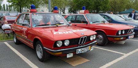 flashers: BERLIN - 11 de mayo: Cars rescatar BMW Serie 5 (E28) en el fondo, y la Serie 5 de BMW (E12) en el primer plano, 26 Oldtimer-Tage Berlin-Brandenburg, 11 de mayo 2013 en Berl�n, Alemania