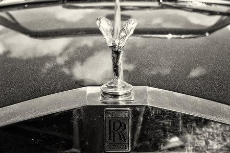 """extase: Paaren IM Glien, Duitsland - 19 mei: Het beroemde embleem """"Spirit of Ecstasy"""" op een Rolls-Royce Corniche, sepia, de oldtimer show MAFZ, 19 mei 2013 in Paaren im Glien, Duitsland Redactioneel"""