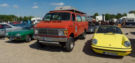 """Paaren im Glien, DEUTSCHLAND - 19. Mai: Opel Manta B, Dodge Ram Van und Porsche 912: """"Die Oldtimer-Show"""" in MAFZ, 19. Mai 2013, Paaren im Glien, Deutschland"""
