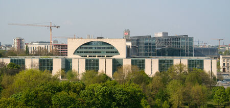 ejecutivo en oficina: BERLIN, ALEMANIA - 19 de abril 2014: La Canciller�a alemana (Bundeskanzleramt) es una agencia federal al servicio de la oficina ejecutiva de la canciller, el jefe del gobierno federal alem�n. Vista de p�jaro.