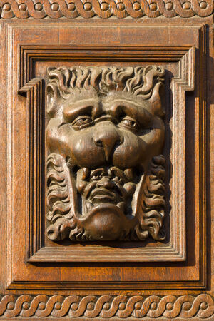 tallado en madera: Alebrije. Decoraci�n de puerta de la vendimia del antiguo Ayuntamiento. Praga.
