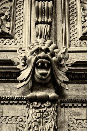 tallado en madera: Alebrije. Decoraci�n de puerta de la vendimia del antiguo Ayuntamiento. Sepia. Praga.