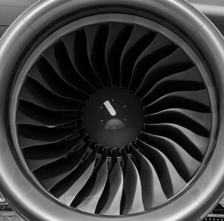 turbofan: Turbofan motor a reacci�n de cerca en blanco y Negro Foto de archivo