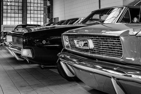ford: Berlijn, Duitsland - 17 mei 2014: Ford Mustang en de Dodge Charger. Zwart en wit. 27e Oldtimer Dag Berlijn - Brandenburg
