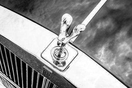 """ecstasy: BERLIN, ALEMANIA - 17 de mayo 2014: El emblema famoso """"Esp�ritu del �xtasis"""" en el Silver Spirit Rolls-Royce. Blanco y negro. 27 Oldtimer D�a Berlin - Brandenburg"""