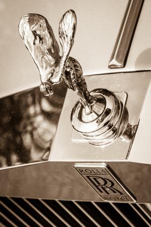 "�xtasis: BERLIN, ALEMANIA - 17 de mayo 2014: El emblema famoso ""Esp�ritu del �xtasis"" en el Silver Spirit Rolls-Royce. Sepia. 27 Oldtimer D�a Berlin - Brandenburg"