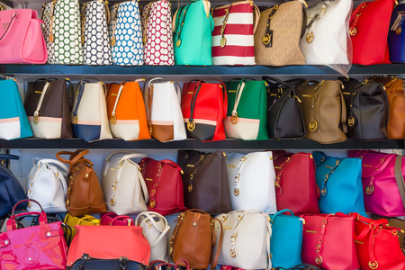 mk: AVSALLAR, TURQU�A - 20 de junio 2014: Escaparate con bolsos falsos de marca famosa estadounidense Michael Kors.
