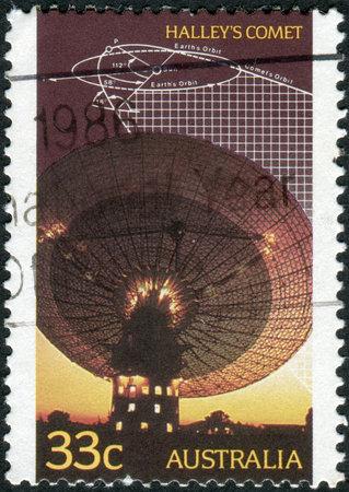 trajectoire: AUSTRALIE - CIRCA 1986: Timbre-poste imprim� en Australie, consacr� � la recherche de la com�te de Halley, montre t�lescope radio, sch�ma trajectoire, circa 1986