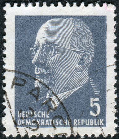 statesman: GERMANIA - CIRCA 1961: Francobollo stampato in Germania (GDR), mostra un tedesco politico comunista e statista Walter Ulbricht, circa 1961