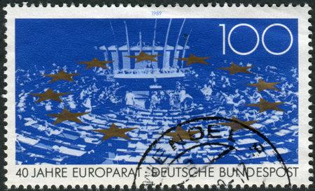 parlamentario: ALEMANIA - CIRCA1989: Sello impreso en Alemania, dedicada al 40 aniversario del Consejo de Europa, muestra Asamblea Parlamentaria, estrellas, alrededor de 1989 Editorial