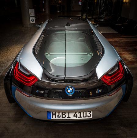 developed: BERL�N - 28 de noviembre 2014: Showroom. El BMW i8, introducido por primera vez como los BMW Concept Vision Efficient Dynamics, es un plug-in de coche deportivo h�brido desarrollado por BMW. Vista trasera.