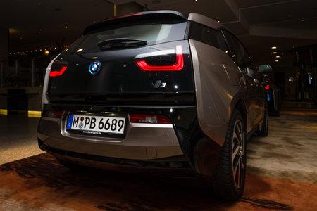 developed: BERL�N - 28 de noviembre 2014: Showroom. El BMW i3, previamente Mega City Vehicle (MCV), es un coche el�ctrico urbano de cinco puertas desarrollado por el fabricante alem�n BMW. Vista trasera.