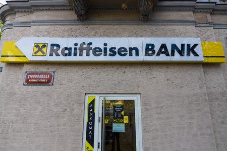 cooperativismo: PRAGA, REP�BLICA CHECA - 04 de septiembre 2014: La rama de Raiffeisen Bank. Raiffeisen Bank - los mayores bancos cooperativos en Europa, cuenta con m�s de 3.000 oficinas y 58.000 empleados. Editorial