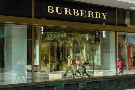 outerwear: PRAGA, REPUBBLICA CECA - 18 settembre 2014: Burberry negozio. Burberry Group plc � una casa di moda di lusso britannico, distribuendo outerwear unico lusso, accessori di moda, profumi, occhiali da sole, e cosmetici. Editoriali