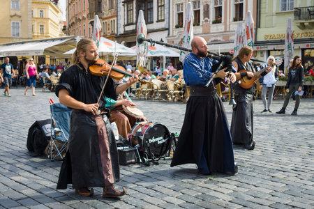gaita: PRAGA, REPÚBLICA CHECA - 18 de septiembre 2014: funcionamiento de los músicos de la calle en ropa medieval en la Plaza de la Ciudad Vieja.