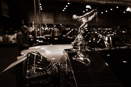 extase: MAASTRICHT, NEDERLAND - 8 januari 2015: Hood ornament (Spirit of Ecstasy) van een Rolls-Royce 2025 Sedanca de Ville door Gurney Nutting. Stilering. Sepia. International Exhibition InterClassics & Topmobiel 2015 Redactioneel