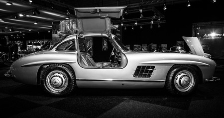 マーストリヒト, オランダ - 2015 年 1 月 8 日: スポーツ車メルセデス ・ ベンツ 300 sl (W198)。黒と白。国際展示会 InterClassics ・ Topmobiel 2015 報道画像