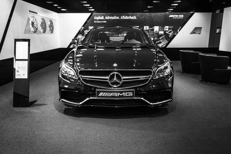 alumnos en clase: BERL�N - 24 de enero de 2015: Showroom. Segmento D de lujo Mercedes-Benz CLS 63 AMG. Blanco y negro. Producido desde 2013. Editorial