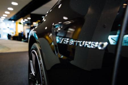 alumnos en clase: BERL�N - 24 de enero de 2015: Showroom. Fragmento de un coche de lujo de tama�o medio Mercedes-Benz CLS 63 AMG. Producido desde 2013. Editorial
