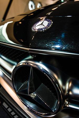 alumnos en clase: BERL�N - 24 de enero de 2015: Showroom. Ornamento de la capilla y el emblema de un coche de lujo de tama�o medio Mercedes-Benz CLS 63 AMG. Producido desde 2013.