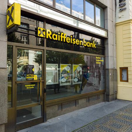 cooperativismo: PRAGA - 20 de septiembre 2014: La rama de Raiffeisen Bank. Raiffeisen Bank - los mayores bancos cooperativos en Europa, cuenta con más de 3.000 oficinas y 58.000 empleados