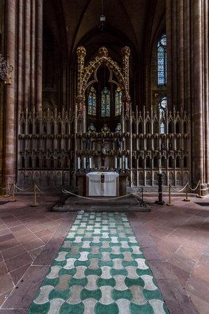 teutonic: Marburg, Germania - 18 aprile 2015: Interno della Chiesa di S. Elisabetta. La chiesa medievale � stata costruita dall'Ordine dei Cavalieri Teutonici in onore di Santa Elisabetta d'Ungheria. Editoriali