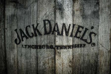 whisky: BERLIN - 1 mai 2015: Burned logo de la c�l�bre whisky Jack Daniels au vieux tonneau en bois.