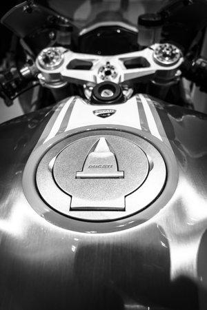 tanque de combustible: BERLÍN - 02 de mayo 2015: Showroom. El depósito de combustible de una moto deportiva Ducati 1299 Panigale por escudería Ducati Corse. Blanco y negro. Producido desde 2015. Editorial