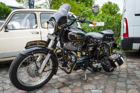 enfield: BERLINO - 10 Maggio 2015: moto Royal Enfield pallottola 350 Classic. 28 Berlin-Brandenburg Oldtimer Giorno Editoriali