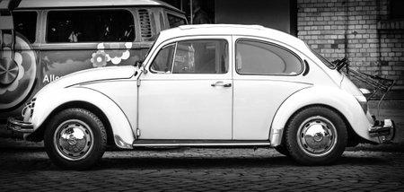 escarabajo: BERLÍN - 10 de mayo 2015: Subcompact, coche de la economía Volkswagen Beetle. Vista lateral. Blanco y negro. 28 Berlin-Brandenburg Día Oldtimer