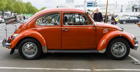 escarabajo: BERLÍN - 10 de mayo 2015: Subcompact, coche de la economía Volkswagen Beetle. Vista lateral. 28 Berlin-Brandenburg Día Oldtimer