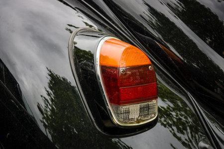 escarabajo: BERLÍN - 10 de mayo 2015: La luces de freno trasero Volkswagen Beetle de 1969. El 28 de Berlín-Brandenburgo Día Oldtimer Editorial