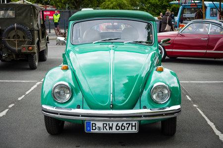 BERLIJN - 10 mei 2015: Subcompact, economie auto Volkswagen Beetle. 28 Berlin-Brandenburg Oldtimer Day