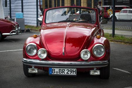 escarabajo: BERLÍN - 10 de mayo 2015: Subcompact, coche de la economía Volkswagen Beetle Convertible. 28 Berlin-Brandenburg Día Oldtimer