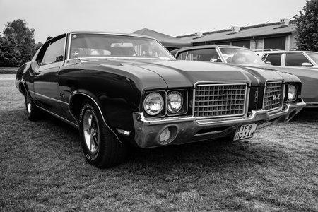 cutlass: Paaren IM Glien, ALEMANIA - 23 de mayo, 2015: coche de tama�o mediano Oldsmobile Cutlass Supreme, 1972. Blanco y Negro. El espect�culo veterano en MAFZ.