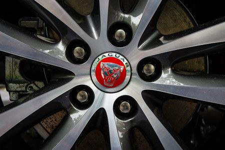 jaguar: BERL�N - 14 de junio de 2015: El sistema de freno delantero de un coche ejecutivo compacto Jaguar XE 20D (desde 2015). Los d�as cl�sicos en Kurf�rstendamm. Editorial