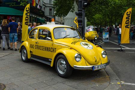 escarabajo: BERLÍN - 14 de junio de 2015: Un coche compacto VW Beetle en el ADAC de color (Allgemeiner Deutscher Automobil-Club eV). Los días clásicos en Kurfürstendamm.