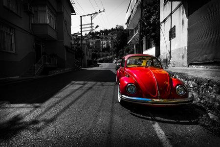 ALANYA, TURKIJE - JULI 09, 2015: Uitstekende auto Volkswagen Beetle op de straten van Alanya. Alanya een populaire mediterrane badplaats. Stilering. Toning.