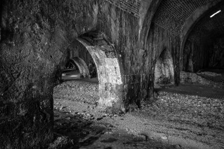 medieval: El interior del astillero (Tersane) en las ruinas de una fortaleza medieval (Castillo de Alanya). Alanya. Pavo. En blanco y negro.
