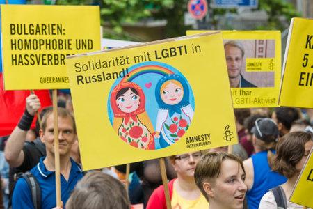 discriminacion: BERLÍN, ALEMANIA - 27 de junio, 2015: Christopher Street Day (CSD). La celebración LGBT europea anual y demostración celebrada en Berlín por los derechos de las personas LGBT, y contra la discriminación y la exclusión.