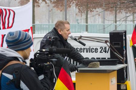 abuso sexual: BERLIN - el 23 de DE ENERO DE, 2016: diáspora rusa en Berlín protestar contra los migrantes y refugiados debido al abuso sexual de mujeres y niños.