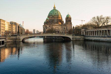 dom: Cathédrale de Berlin (Berliner Dom) et de la rivière Spree.