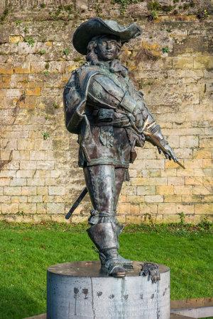 """mosquetero: Maastricht, Holanda - 16 de enero, 2016: Estatua de D'Artagnan. El famoso mosquetero, en la �poca de Luis XIV de Francia se describe en la novela de Alejandro Dumas """"Los tres mosqueteros"""""""