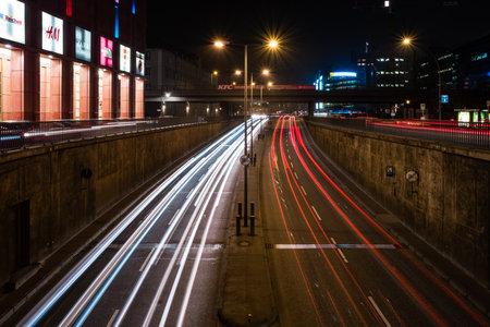 publicidad exterior: BERL�N - 05 de marzo, 2016: Noche de tr�fico en el t�nel cerca de la Alexanderplatz. Berl�n en la noche Editorial