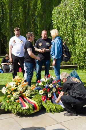 brotherhood: BERLÍN - 09 de mayo, 2015: Día de la Victoria en Treptower Park. Guirnaldas de la Hermandad ruso-alemán.