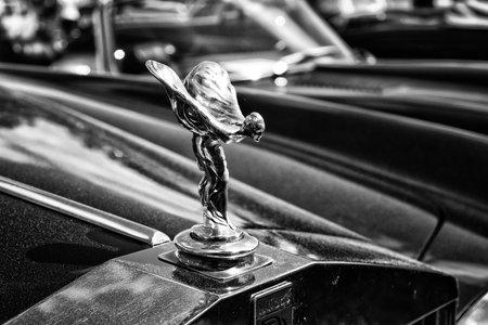 """éxtasis: Paaren IM Glien, Alemania - 19 de mayo: El emblema famoso """"Espíritu del Éxtasis"""" en un Rolls-Royce, blanco y negro, El espectáculo del Oldtimer en MAFZ 19 de mayo de 2013, en Paaren im Glien, Alemania Editorial"""