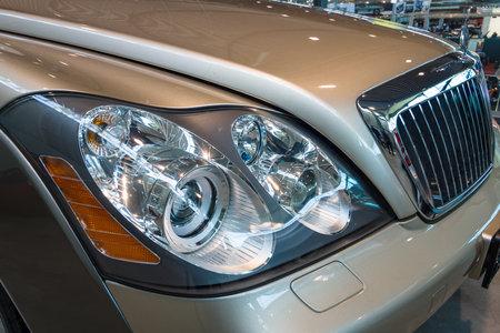 """Stuttgart, Duitsland - 17 maart 2016: koplamp van de full-size luxe auto Maybach 57S, 2006. Europa's grootste classic car tentoonstelling """"RETRO CLASSICS"""""""