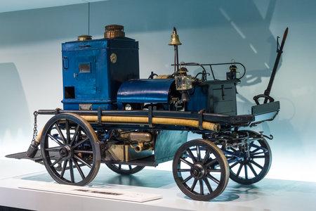MOTORIZADO: STUTTGART, ALEMANIA-19 de DE MARZO DE, 2016: motor de Daimler bomba de extinción de incendios (Daimler Motor-Feuerspritze), 1892. Museo Mercedes-Benz. Editorial