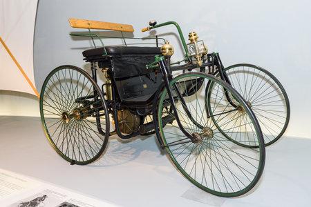"MOTORIZADO: STUTTGART, ALEMANIA-19 de DE MARZO DE, 2016: motor de Daimler cuadriciclo - el ""coche de alambre ruedas"" (Daimler Motor-cuadriciclo, ""Stahlradwagen""), 1889. Museo Mercedes-Benz. Editorial"
